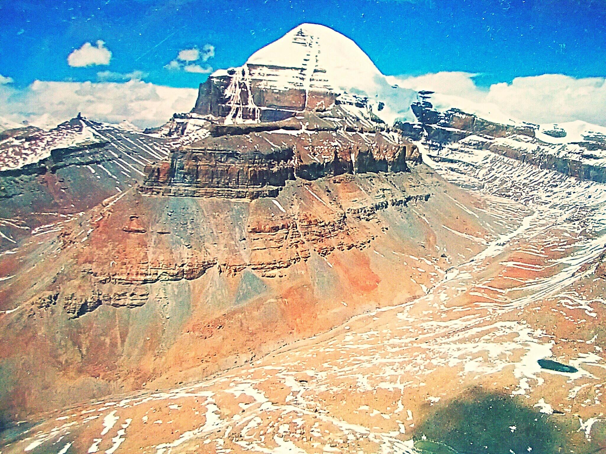 五体投地を行いカイラス山を巡礼するチベット人『宇宙の中心、須弥山へ』