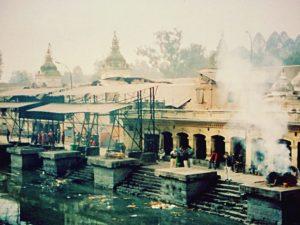 願いが叶う珍スポット。ヒンドゥー教の聖地パシュパティナートの幸せの凹み